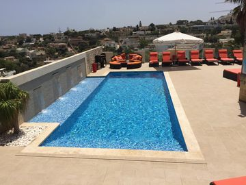 Fantastic Villa w. outside pool & Heated Indoor Pool/Games Room, Air Condition.