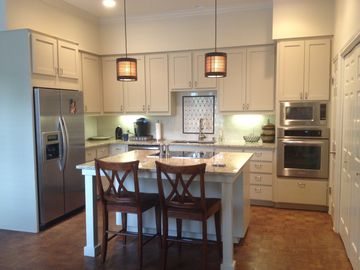 Austin condo rental - Granite countertops; stainless appliances; wood parquet floor