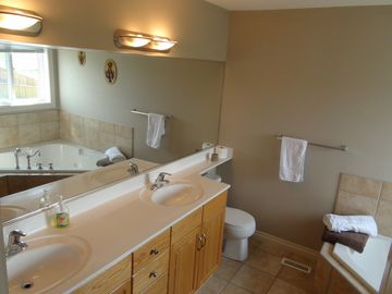Calgary Vacation Home ensuite; jetted tub, clean and bright