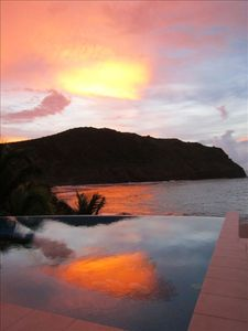 Tropical sunset: amazing colors in the sky and in the pool !