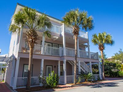 """5 BR """"Sanibel"""" 2 minutes to the beach & no street to cross. Community pool."""