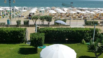 In Jesolo sunny apartment by the sea with garden and private beach