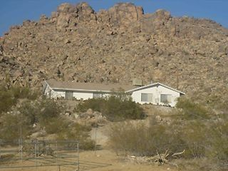 Joshua Tree house rental - Rock climb in the back yard!