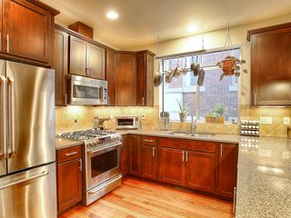 Seattle townhome photo - Chefs kitchen with granite counter tops, 5 burner stove and dishwasher