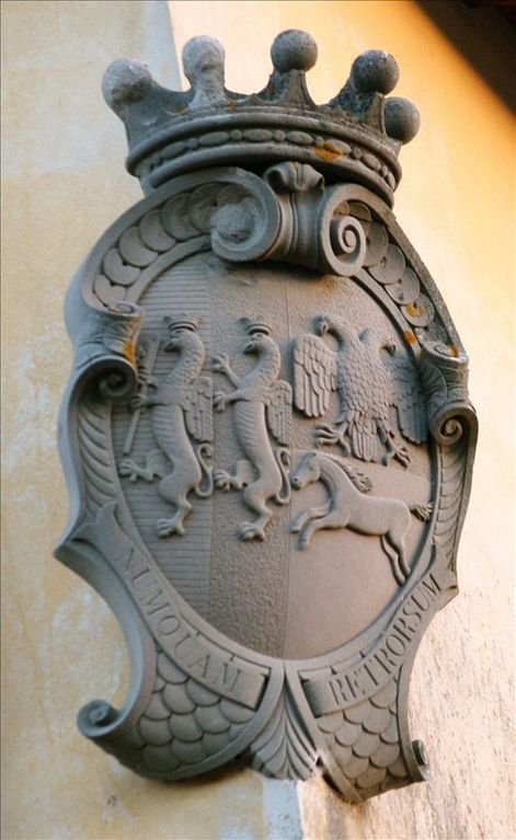 The sign of the family that lived in the villa during the 17th century