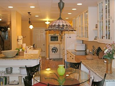Lancaster townhome rental - Full kitchen, granite countertops, breakfast table