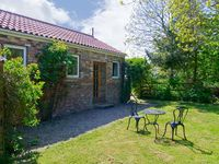 NORTHORPE COTTAGE, pet friendly, with a garden in Atwick, Ref 3638
