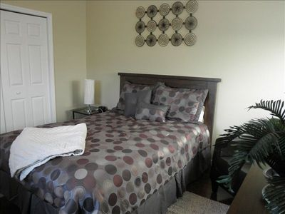 Master bedroom w/queen bed & nearby full bath