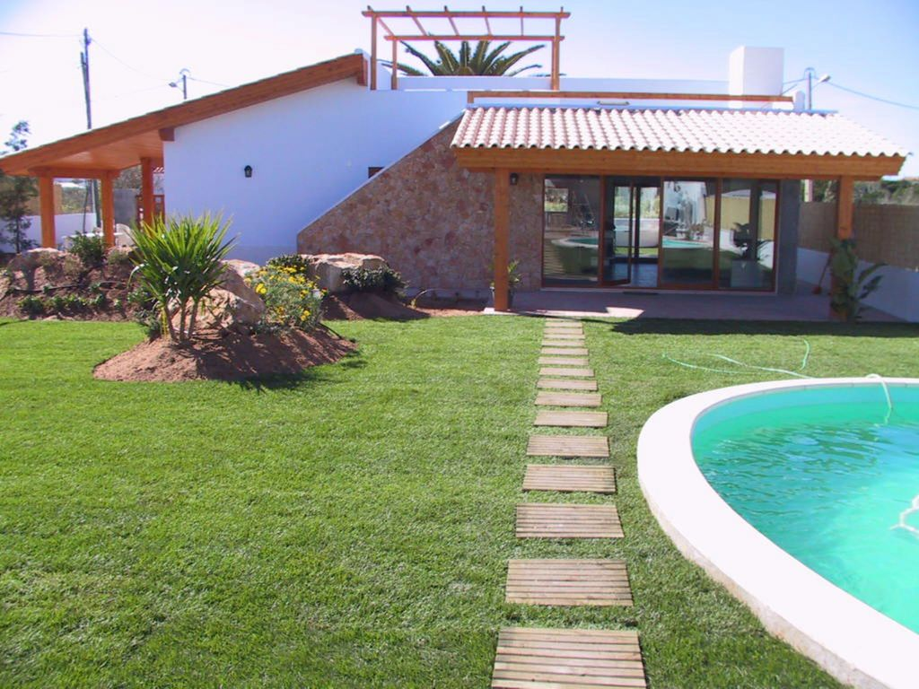 P15305 contemporary 3 bedroom villa large garden and for Large garden pool