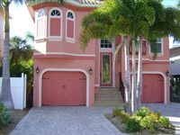 NO STORM DAMAGE! HEATED POOL, 3 MINUTES FROM BEACH, 5 MINUTES TO DOWNTOWN