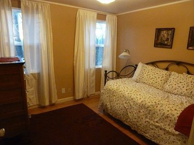 Seattle house rental - Middle Bedroom with twin sized daybed and twin Sized, raise-able trundle.