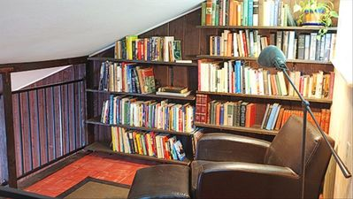 Healdsburg cottage rental - Upstairs library in loft. Note that the loft has very low ceilings.