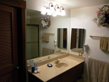 Bathroom has hairdryer, tub-shower with safety bar, Soft Water