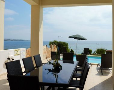 Coral Bay Pebble Beach Front Luxury Villa with heated pool & wi-fi
