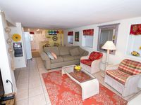2 Br, 1 Bath Close To The Beach And Over 15 Restaurants/Bars Within One Mile!