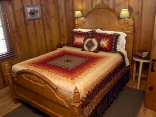 Colorado Springs lodge photo - Manitou Room - each room in the B&B has a private bathroom