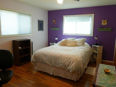 Queen bed, wood floors, colorful walls, desk & antique dresser ready for YOU !