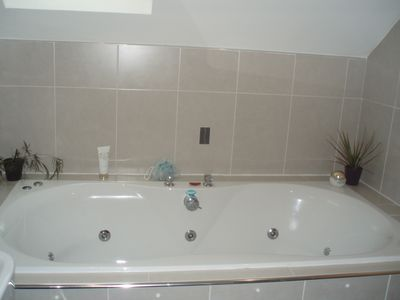 Jacuzzi bath in master bedroom en suite