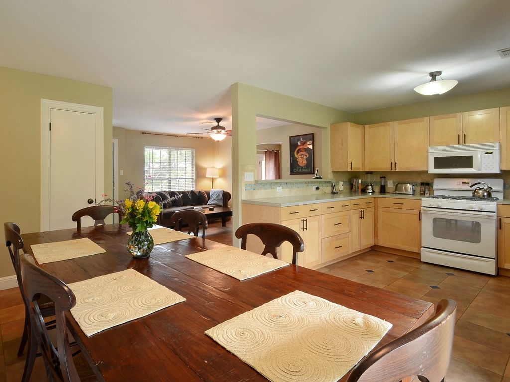 Hip Central Austin Home,  Close to SOCO;  Relos and Longer Term Stays Welcome!