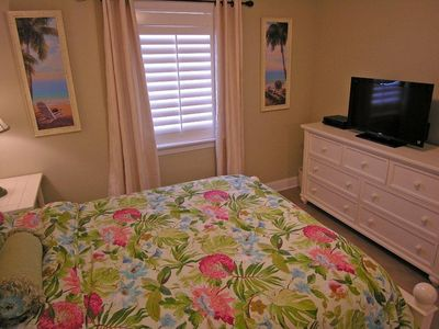 2nd Bedroom - Queen Bed w/ Direct TV Flatscreen HDTV and Blu-ray DVD