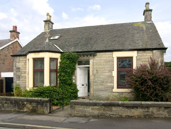 Salruth cottage family friendly with a garden in alloa for Family cottages