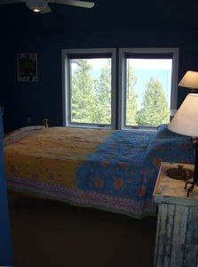 Second floor bedroom, views of lake spectaculor...morning sunrise and moonrise o