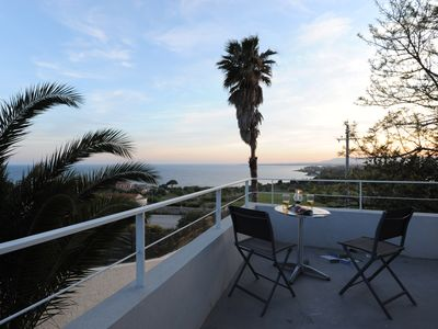 Modern holiday home with sea views, 10 km to the charming old town
