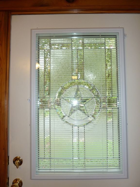 Front Door: Beautiful glass window with the Texas State Star, w mini-blinds