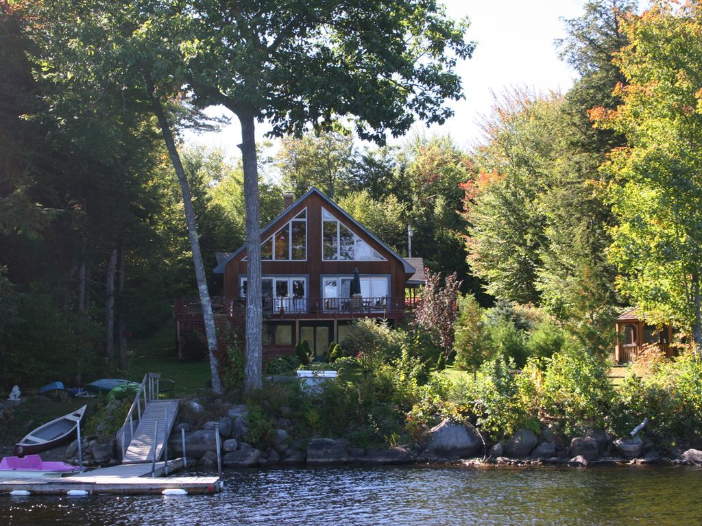 Private lakefront getaway with outdoor hot tub vrbo for Cabin rentals in maine with hot tub