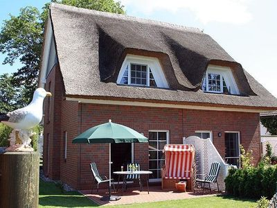 A dream house with thatched roof in the middle Zingst, a few meters from the beach.
