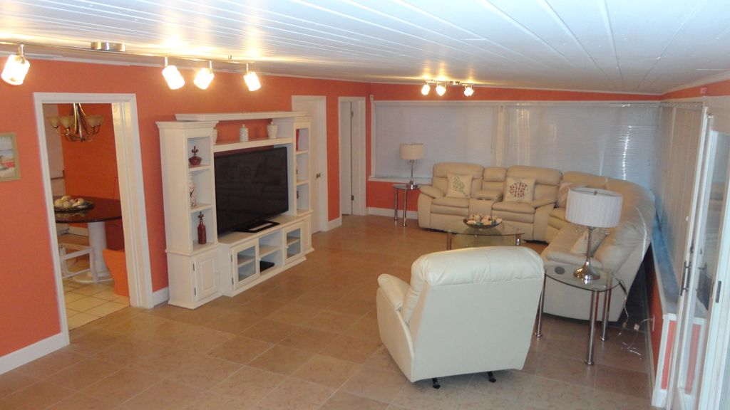Private homes vacation rental vrbo 428635 5 br daytona for Living room with 65 inch tv