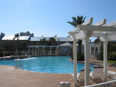 Beach Retreat Has Barbecues, Hot Tub, Fitness Room & Clubhouse