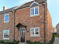 REDCOAT COTTAGE, pet friendly, with pool in Filey, Ref 12491