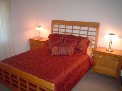 Henderson house rental - Red Bedroom - Queen Bed