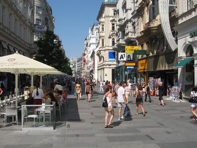 Large pedestrian zone KAERNTNERSTRASSE - only short walk from the apartment