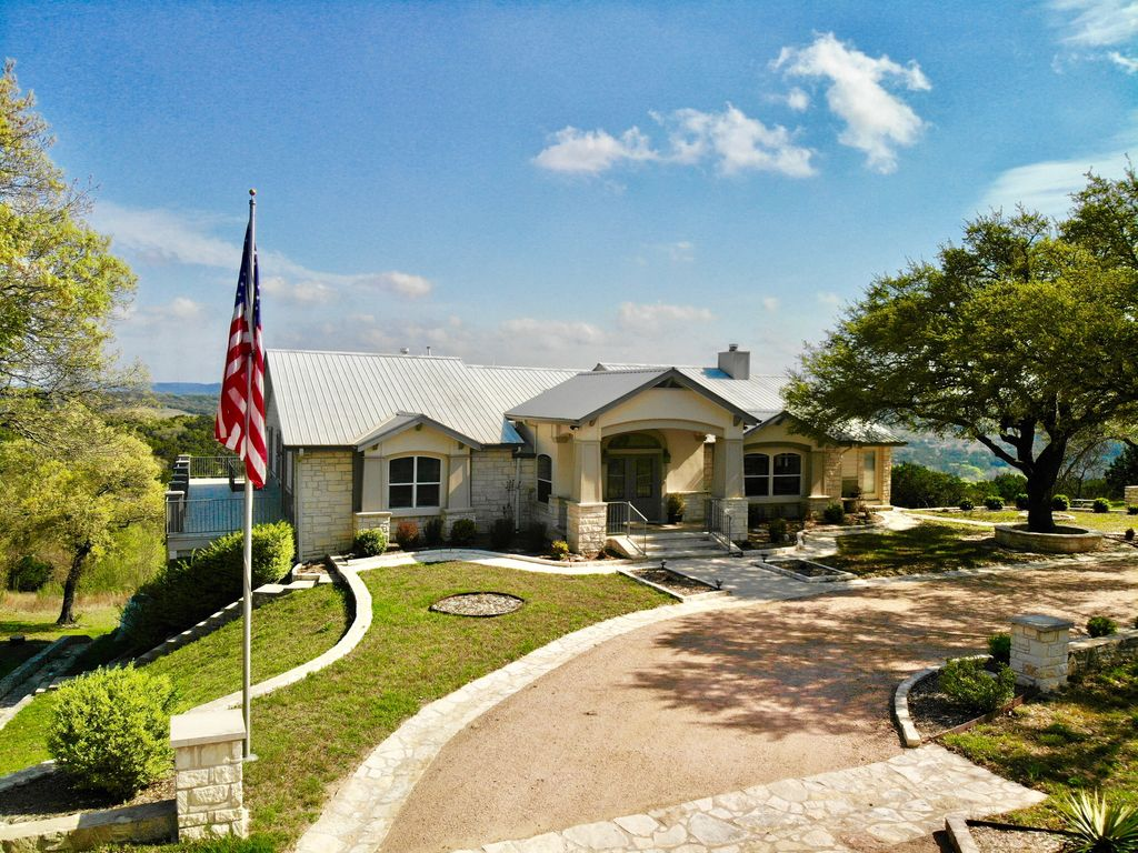 Gorgeous 4900 square foot pool & spa home minutes from Lake Travis and winery