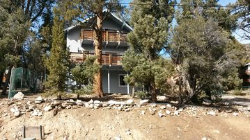Big Bear City chalet rental - Street view of the chalet when no snow.