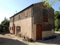 THE BARN, pet friendly, with a garden in Long Sutton, Ref 1665