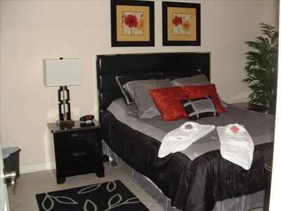 Queen bed (Master Bedroom)
