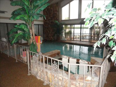 Spectacular heated,odorless,saltwater pool & hot tub;colored lites 4 nitetime