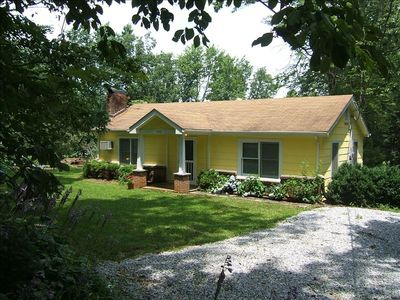 Cozy Mountain Cottage.  Quiet dead-end street. Easy walk to Main Street Saluda.