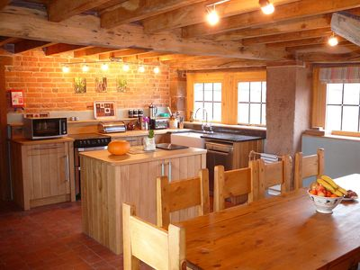 CARTSHED: Bespoke oak kitchen,large dining table for 10,spacious & well equipped