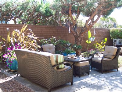 Beautiful Private Enclosed Courtyard. Flowers, Birds, Fountain, BBQ!