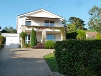 Spacious 4 bed seaside holiday house in Swanage, 400m from beach