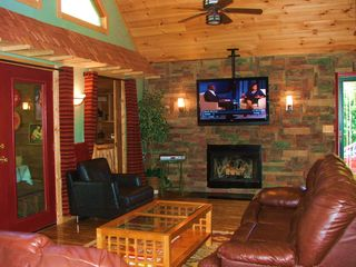 Pigeon Forge cabin photo - All leather sittings, 52 inch Sony TV with on Demand