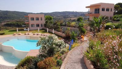 Kefalos : superb apartment in a private residence with a landscaped swimming pool offering a spectacular view of the Kefalos bay.