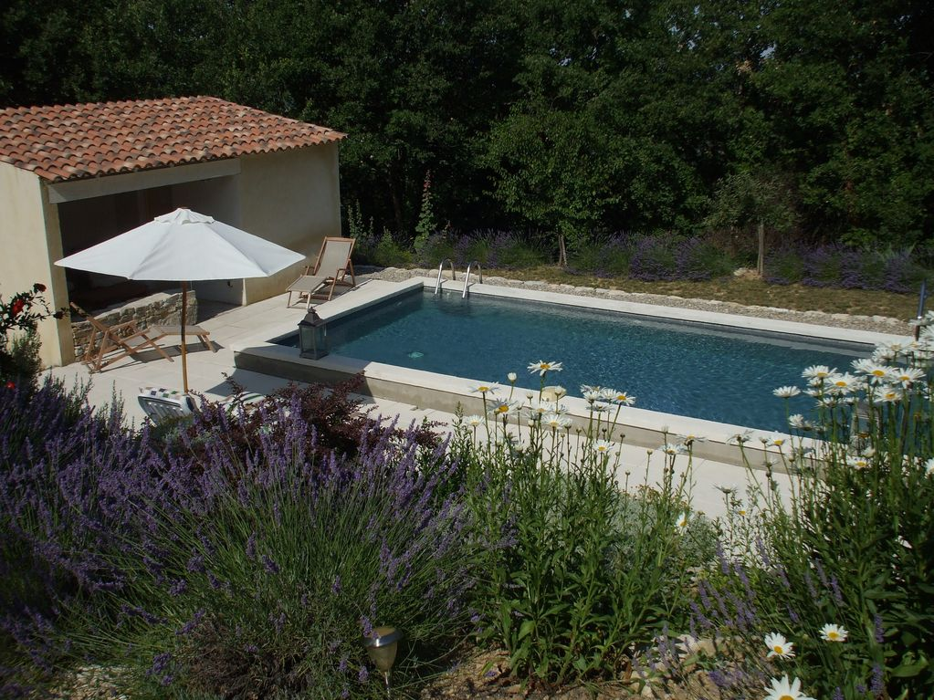 Villa traditionnelle avec piscine et jardin proven al aux for Creation jardin provencal