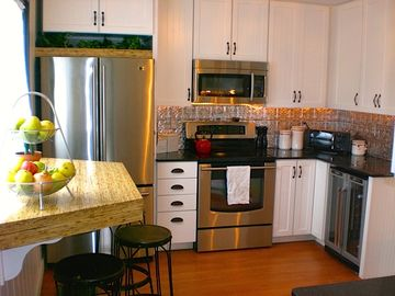 Fully renovated kitchen with modern appliances, wine bar! (& tools for chefs)
