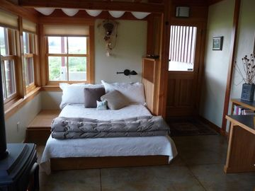 Queen bed in private cabin/studio
