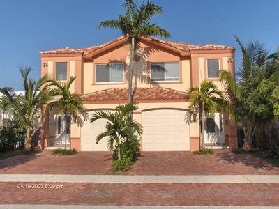 Mediterranean Townhomes, walking distance to beach w/private  pool